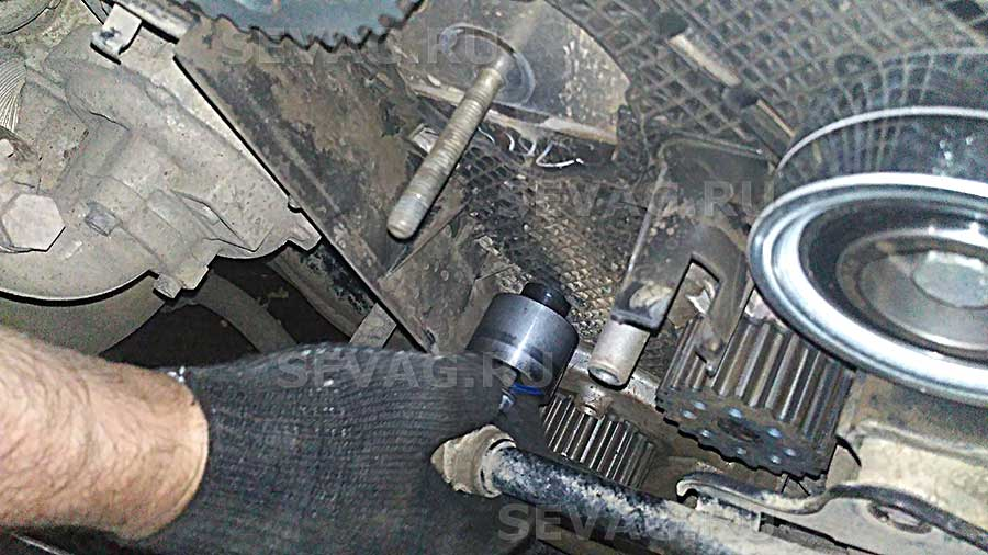 Нижний обводной ролик ремня ГРМ