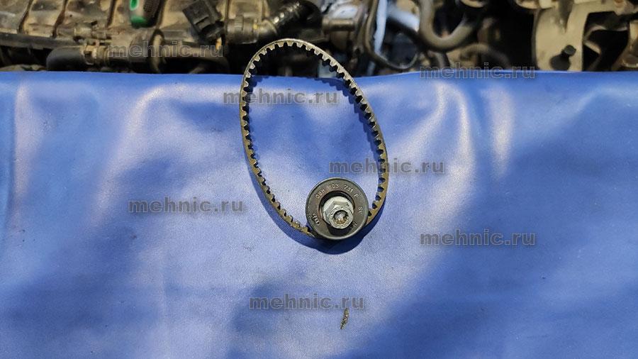 Снимаем ремень и шестерню привода помпы